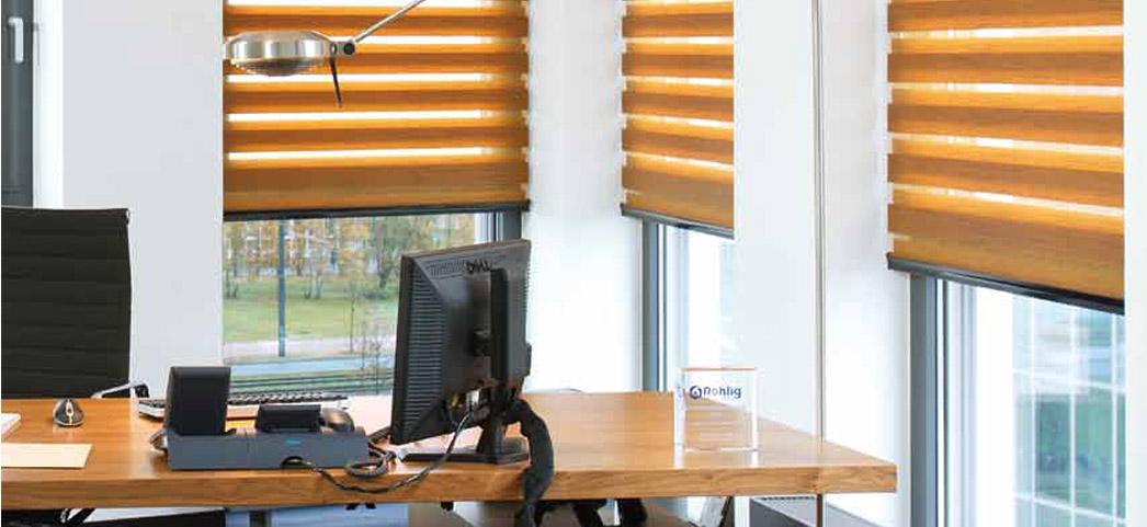 Brązowe rolet wewnętrzne w biurze